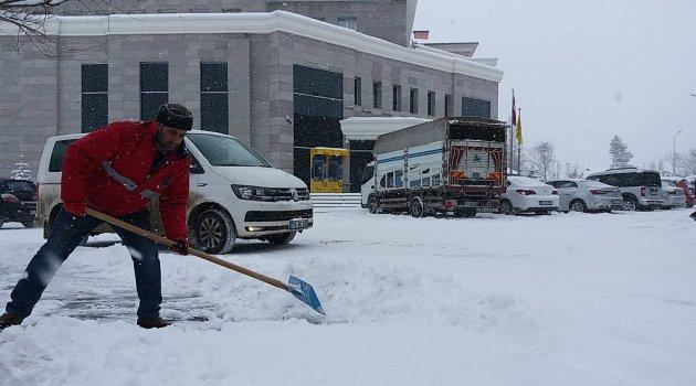 Mart Kapıda Baktırıyor, Kar Yağdırıyor..