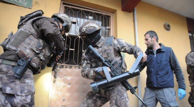 POLİ POLİSİN KARDEŞİNİN EVİNİ BALYOZLA KIRIP, 2 KEZ GÖZ ALTINA ALDI!