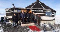 Gazetecilerden buzla kaplı Çıldır Gölünde kutlama